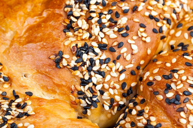 ゴマと亜麻の種子をまぶした小麦パン、自家製焼きパン