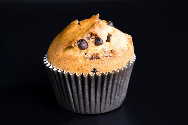 チョコレートチャンクの小麦カップケーキ、デザートの食べ物のクローズアップ、ミルクチョコレートチャンクを追加した新鮮で柔らかな甘いカップケーキ