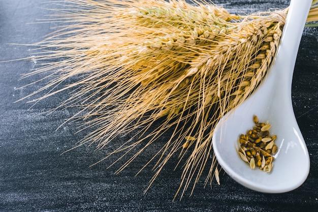 小麦の穂とスプーンの穀物