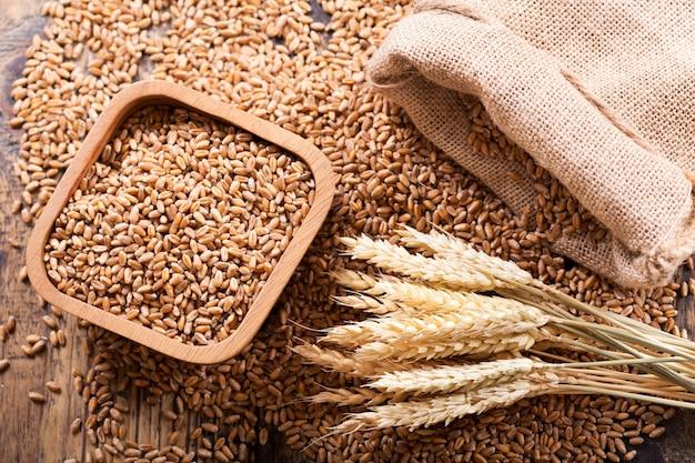 木製のテーブル、上面図の小麦の耳と穀物