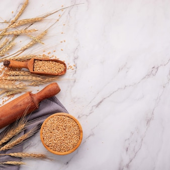 밀 귀와 밀 곡물 대리석 배경에 설정합니다. 평면도 및 복사 공간