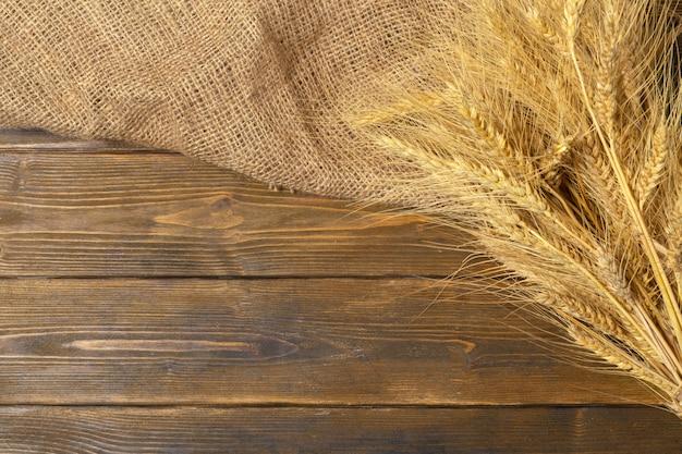 木製のテーブルの小麦の穂
