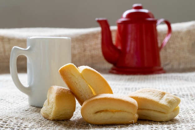 パライーバドスル渓谷でディヴィーノフェスティバルの家のコーヒーに使用される、カンガルヒーニャとして知られる小麦粉ビスケット。白いカップと赤いティーポット。
