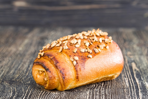 オレンジ色のローストピーナッツをまぶした小麦粉パン Premium写真