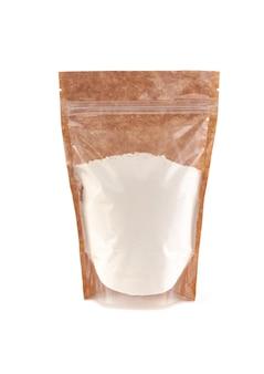 갈색 종이 봉지에 밀가루. 벌크 제품용 플라스틱 창이 있는 doy-pack. 확대. 흰색 배경. 외딴.