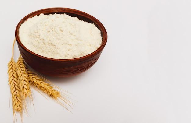 그릇에 흰색 절연 spikelets 밀가루