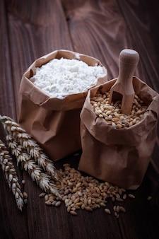 紙袋に小麦粉と小麦粉