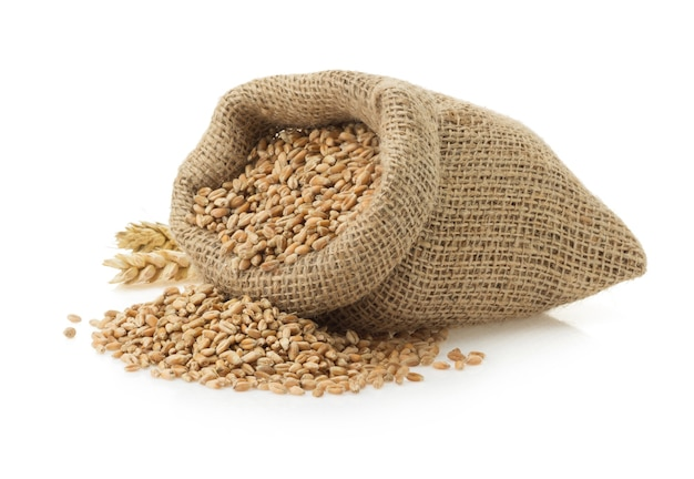 Зерно пшеницы, изолированные на белой поверхности