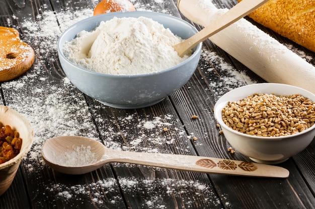 小麦の穀物、小麦粉、ボール、木製、テーブル