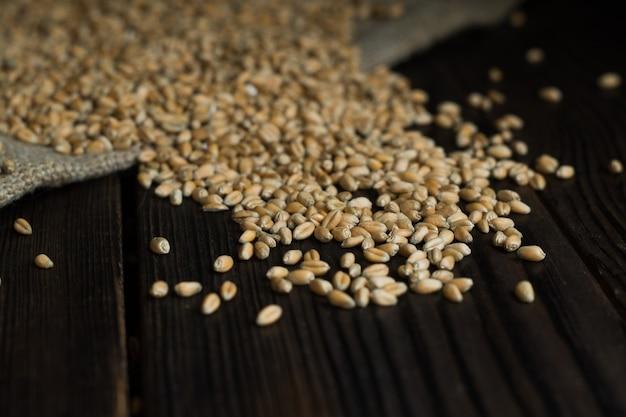 木製のテーブルに小麦粒が散らばっている