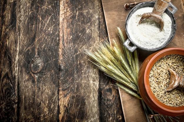 ボウルに小麦粒。木製の背景に。