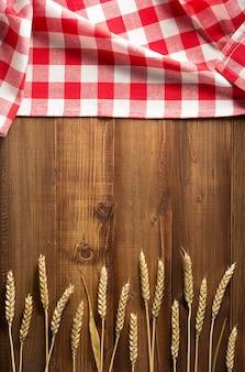 木の板の背景に小麦粒