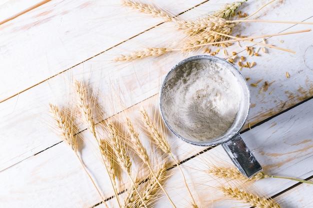 木製の背景に小麦