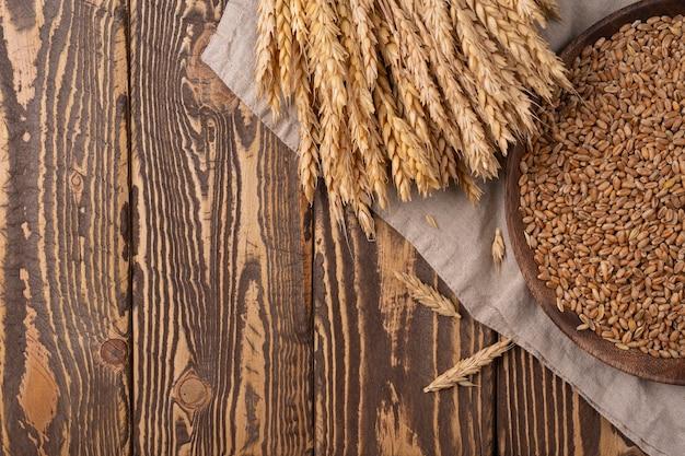 밀 수확 유기농 개념 밀 곡물의 나무 테이블 뭉치에 밀 복사 공간