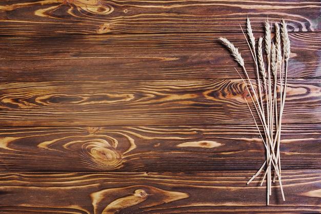 Пшеница на деревянной поверхности