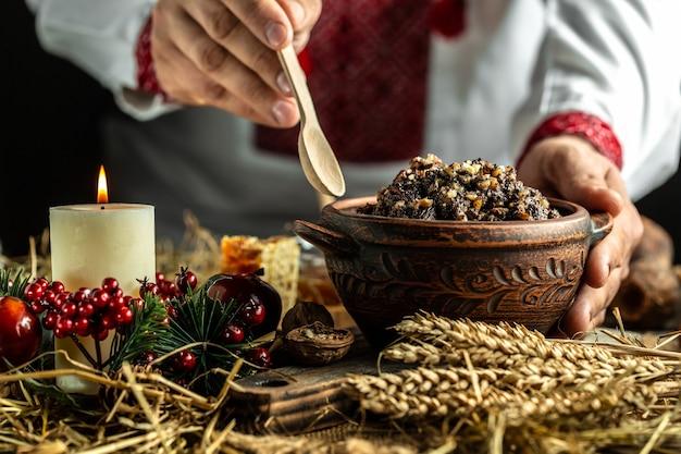 축제 테이블에 견과류, 꿀, 건포도 및 양귀비 씨앗이 든 밀 죽
