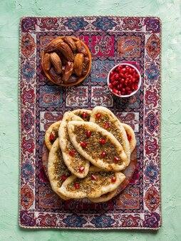ハーブとスパイスの小麦トルティーヤ。手作りケーキ。アラビア料理。