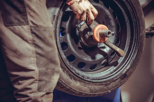 Балансировка колес на специальной машине путем добавления весов в шиномонтаж