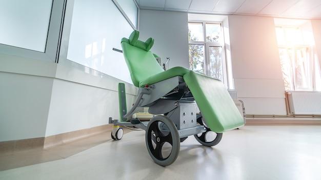 病院の廊下にある車椅子。現代の車椅子。健康と手術の概念。