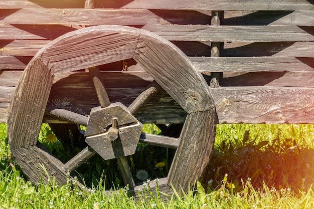 Колесо старой деревянной тележки с копией пространства