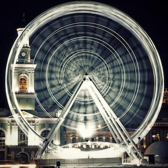 Колесо зрения на контрактовой площади в киеве. ночной город. закрыть вверх