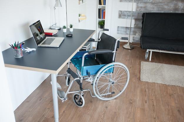 運動障害のある障害のある患者のための車椅子。民間のナーシングホームの部屋には患者がいません。セラピーモビリティは、高齢者や障害者の歩行障害障害の回復をサポートします。