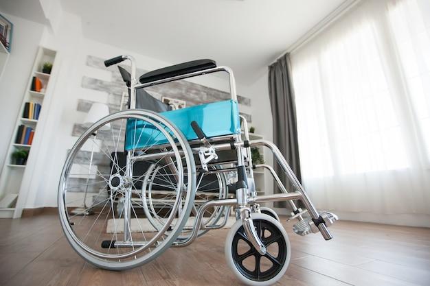 歩行障害のある患者のための私立病室の車椅子。民間のナーシングホームの部屋には患者がいません。セラピーモビリティは、高齢者や障害者の歩行障害障害をサポートします