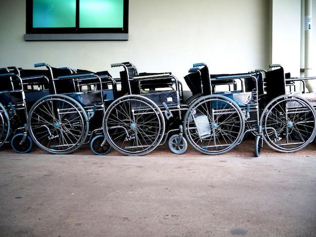 환자 부서에서 휠체어 정지 및 사용 준비