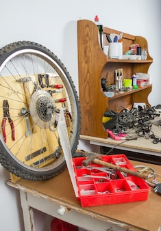ワークショップテーブル上のホイールと自転車部品