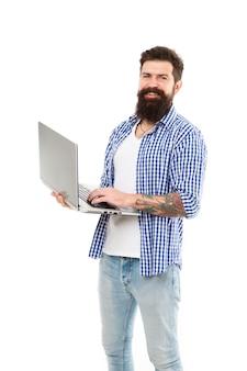 人と機械が一つになるとき。幸せなコンピューターの男。現代のラップトップで笑っているひげを生やした男。新しいコンピューティング技術を使用してカジュアルウェアで残忍な白人男性。