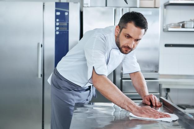 При приготовлении пищи держите ее в чистоте, не должно быть видно грязных участков молодого мужчины.