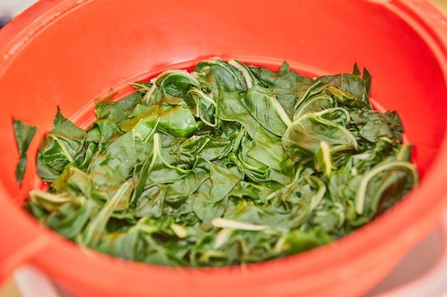 インターネットで見つけたレシピに従ってスイスフダンソウを準備するとき、スイスフダンソウは調理する準備ができています。