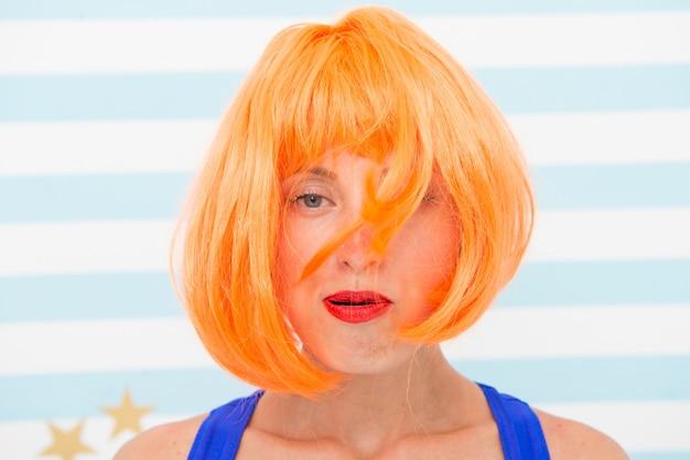 パーティーが終わったとき。混沌。狂った女の子は髪を吹いて混乱している。人生の概念の混乱。髪型の時間がありません。結婚記念日後。脱毛したオレンジ色の髪の狂った少女。