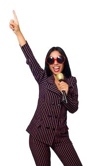 Whie上で分離されてカラオケクラブで歌っている女性