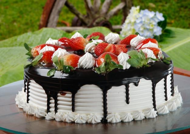 딸기를 곁들인 휘핑크림 케이크