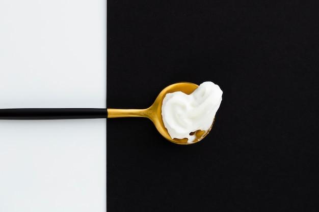 Взбитые сливки на золотой ложке
