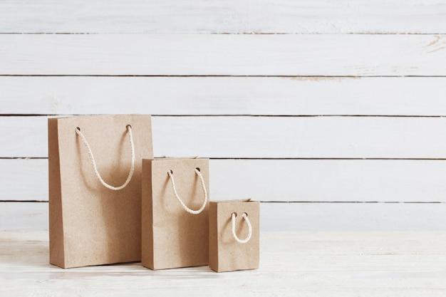 Whire木製の壁に紙袋