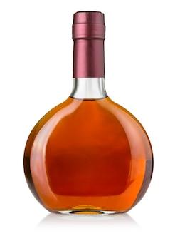 Бутылка виски на белом изолированные