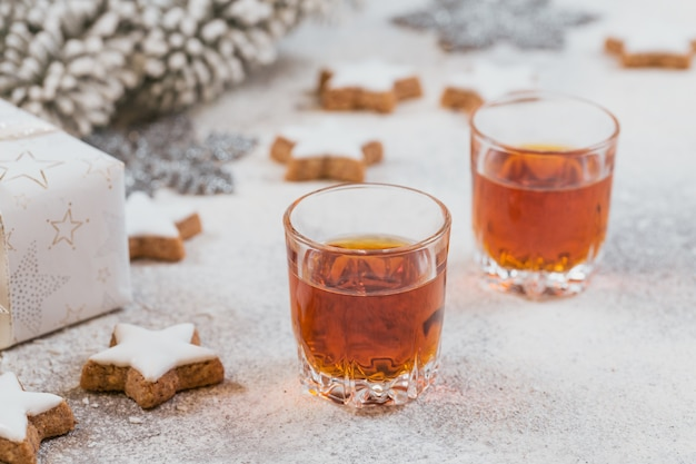 ウイスキー、ブランデーまたはリキュール、クッキー、白地にクリスマスの飾り