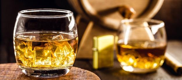 Виски, стеклянный дистиллированный спирт, часто включающий солод, выдержанный в бочках.