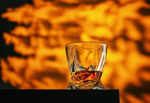Стакан виски на абстрактном огненном