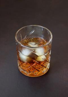 Виски в стакане. алкогольные напитки. бар. ресторан.
