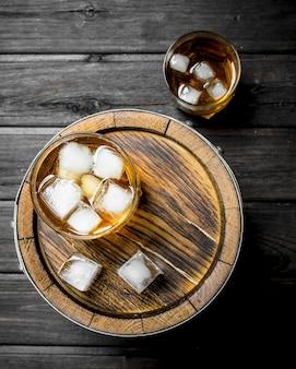 バレルに氷とグラスのウイスキー。