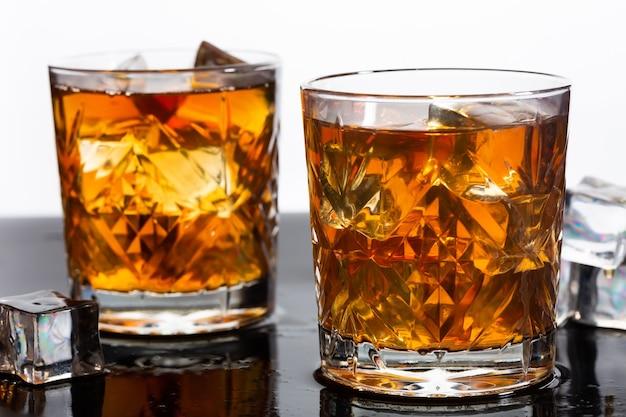 氷と昔ながらのグラスのウイスキー、クローズアップ