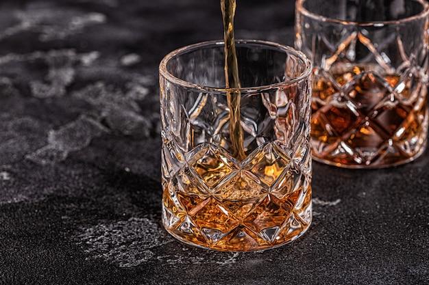 石の暗い背景にウイスキー。