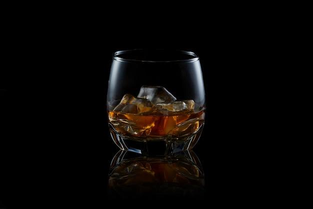 黒の背景にウイスキー