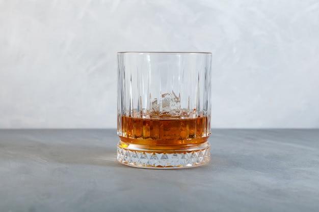 オンザロックのウイスキーまたは角氷のあるスコッチ昔ながらのガラスのコピースペース