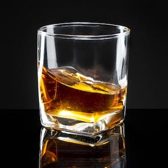 Whisky servito liscio in un bicchiere