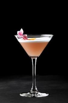 Виски кислый коктейль в стакане на черном фоне