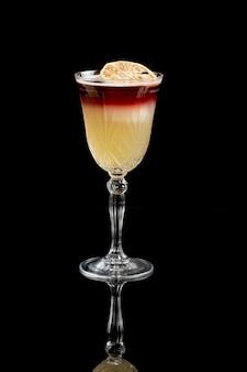 Виски кислый коктейль, изолированные на черном фоне.